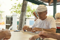 MIAMIA, FLORIDA - APRIL 29, 2015: Weinig district van Havana in Miami en Mensen die Domino in Maximo Gomez Park Domino Park spele Royalty-vrije Stock Foto