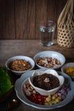 Miang西康省,皇家叶子套开胃菜包括青葱,姜,油煎的豆,切片柠檬,蒋酱之叶叶子,辣椒,油煎的椰子 库存图片