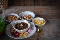 Miang kham, en kunglig bladsjalaptitretare består av schalottenlöken, ingefäran, stekte bönor, skiva av citronen, Betelbladet arkivfoton