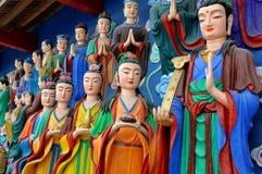 Mianyang, Chine : Buddhas coloré au temple Image stock