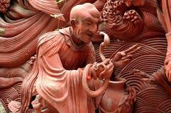 Mianyang, Chine : Moine de terre cuite avec le cobra Image stock