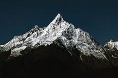 Mianzimu w świetle księżyc w pełni, Meili Śnieżne góry, Yunnan, Chiny, Fotografia Royalty Free