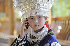 Miao nationalityliten flicka med den mobila telefonen Royaltyfri Foto