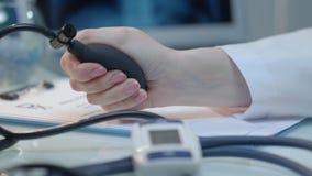 Miara ciśnienie krwi Ciśnienie krwi czek Pielęgniarki ręki pomiarowy nacisk zdjęcie wideo