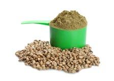 Miarka z konopianym proteina proszkiem, ziarnami i zdjęcie stock