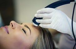 Miarowa twarzowa kontrola jest bardzo znacząco dla kobiety zdjęcia royalty free