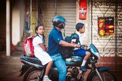 Miarowego jawnego lankijczyka autobusowa przerwa Moring ruch drogowy w mieście Ambalangoda Obraz Stock