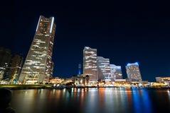 Miast światła drapacze chmur przy Yokohama, Japonia obrazy stock