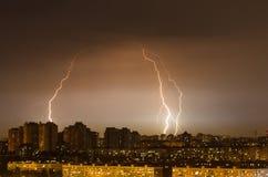 Miast świateł nocy burzy pogody deszczu błyskawica Zdjęcie Royalty Free