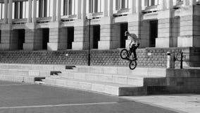 Miasta życie w Bristol, Tennager Ćwiczy sztuczki na jego rower A Zdjęcie Stock