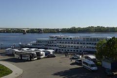 miasta domów prefabrykacyjny Russia yaroslavl Widok od Volga rzeki rzeczny rejs na Volga rzece Rosja Czerwiec 2014 r Obraz Royalty Free