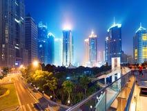 Miasta drapacze chmur przy nocą Zdjęcia Royalty Free