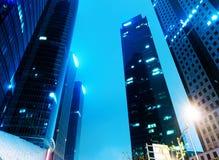 Miasta drapacze chmur przy nocą Zdjęcia Stock
