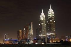 miasta Dubai środków noc obraz stock