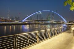 miasta Dubai noc linia horyzontu zdjęcie stock