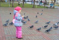 miasta dziewczyny spacery Obrazy Stock