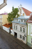 miasta Estonia sala stara Tallinn Thomas basztowa grodzka vane pogoda Jaskrawi multicolor domy Zdjęcia Stock
