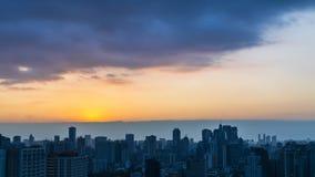 Miasta linia horyzontu światła przy zmierzchem Fotografia Stock