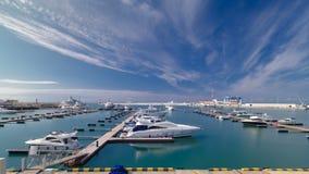 Miasta nabrzeże, jacht w porcie morskim zbiory