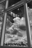 Miasta niebo i Obłoczny Patrzeć Przez okno zdjęcia stock