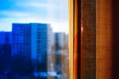 Miasta okno z zasłony bokeh tłem Fotografia Stock