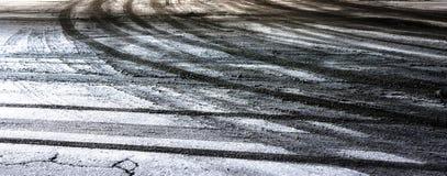 Miasta uliczny skrzyżowanie zakrywający z śniegiem i brudnymi opona śladami obrazy royalty free