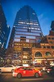 Miasta życie, drapacz chmur i Miastowy ruch drogowy w W centrum Toronto, Zdjęcia Royalty Free