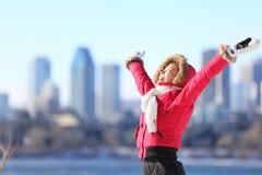 Miasta zima kobieta szczęśliwa obraz royalty free