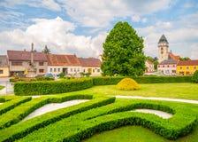 Miasteczka parkowy greenery i kościół święty Lawrance w Dacice, republika czech Obraz Royalty Free