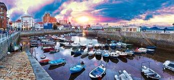 Miasteczka przybrzeżne Hiszpania Castro Urdiales Cantabria zdjęcia royalty free