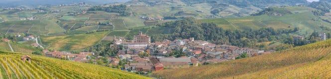 Miasteczko Barolo wśród wzgórzy Podgórski, Włochy Obraz Royalty Free