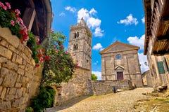 Miasteczko brzęczenie stary brukujący kwadrat kościół i obraz stock