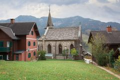 Miasteczko Grundlsee z starym farnym kościół na chmurnym jesień dniu Styria, Austria zdjęcie royalty free