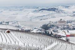 Miasteczko i wzgórza Langhe w zimie Obraz Stock