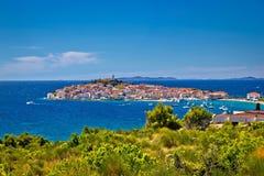 Miasteczko Primosten dalmatian miasteczko na skale zdjęcia royalty free