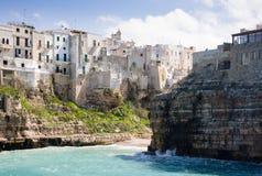 Miasteczko siedział na skale Jońskim morzem, Polignano klacz, Apulia, Włochy zdjęcie stock
