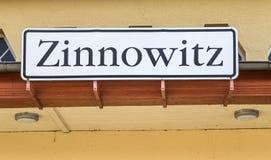 Miasteczko szyldowy Zinnowitz przy starą stacją kolejową Zdjęcia Stock