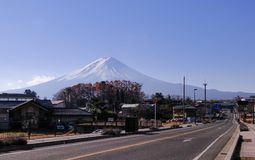 Miasteczko z góry Fuji tłem zdjęcia stock