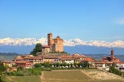 Miasteczko z starym kasztelem na wzgórzu w Podgórskim, Włochy. zdjęcia stock