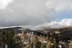 Miasteczko zakrywający z śniegiem po środku halnej doliny obraz royalty free