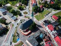 MIASTKO, POLEN - 5. August 2018 - Vogelperspektive auf Miastko-Stadt mit barocker Kirche und Karussell Jan Pawels II lizenzfreies stockfoto