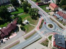 MIASTKO, POLOGNE - 5 août 2018 - vue aérienne sur la ville de Miastko avec l'avion MIG-17, la rivière Studnica et le rond point photo stock