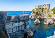 Miasto ściany i fortu Lovrijenac strzeżenia denna zatoczka w Dubrovnik, C Fotografia Stock