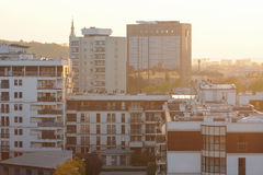 Miasto architektura z zmierzchem przez horyzont tło miejskie Zdjęcie Stock