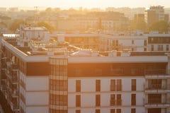Miasto architektura z zmierzchem przez horyzont tło miejskie Obrazy Stock