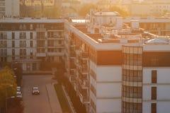 Miasto architektura z zmierzchem przez horyzont tło miejskie Zdjęcia Royalty Free