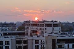 Miasto architektura z zmierzchem przez horyzont tło miejskie Fotografia Stock