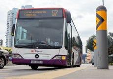 Miasto autobus przyjeżdża przy stacją, Singapur obrazy stock