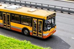 Miasto autobus Rusza się wzdłuż autostrady Zdjęcia Stock