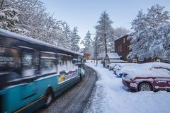 Miasto autobus w ruchu na Mroźnej drodze obraz stock